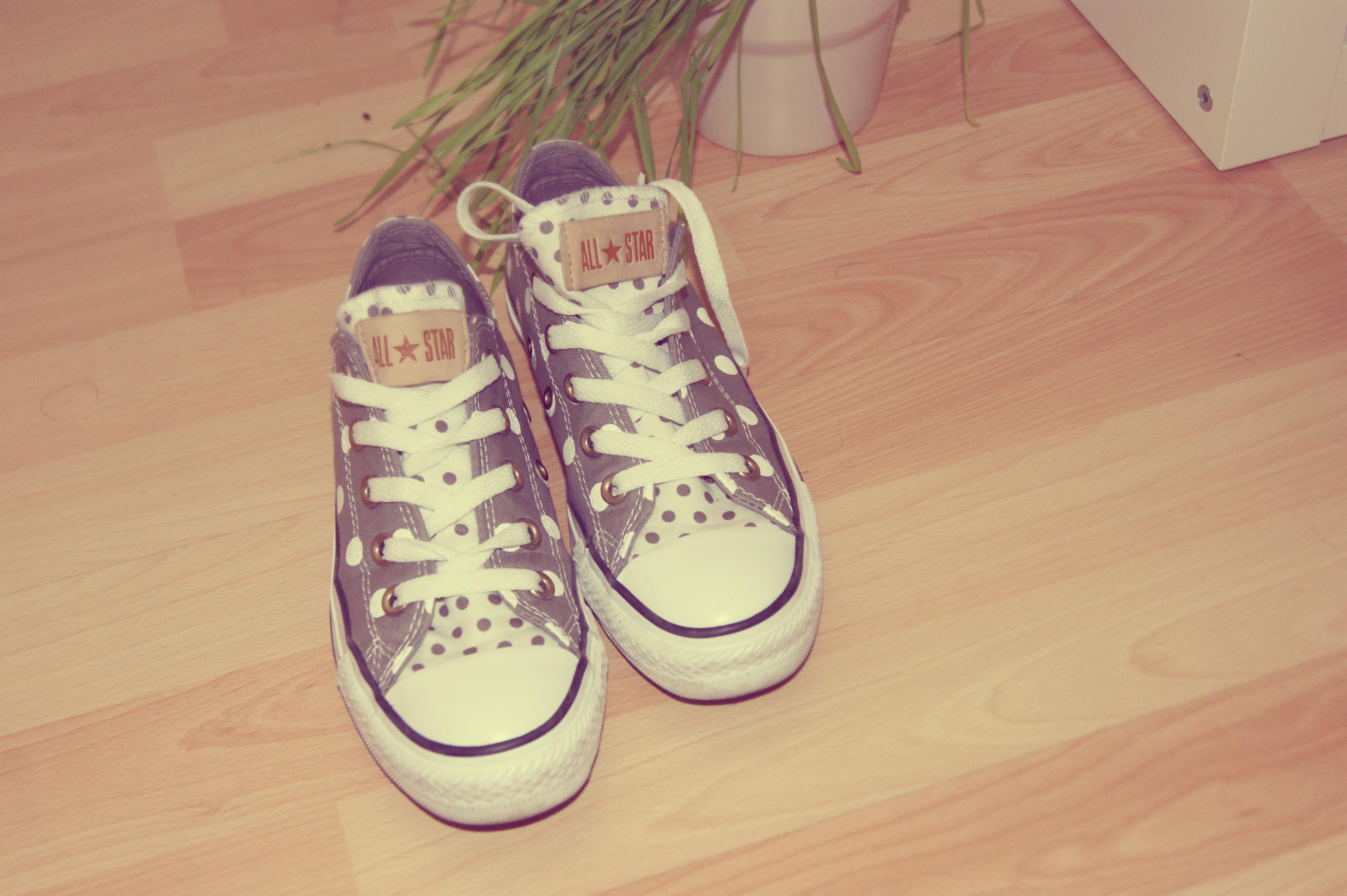 Et mes Converse grises et blanches à petits pois ! Le So