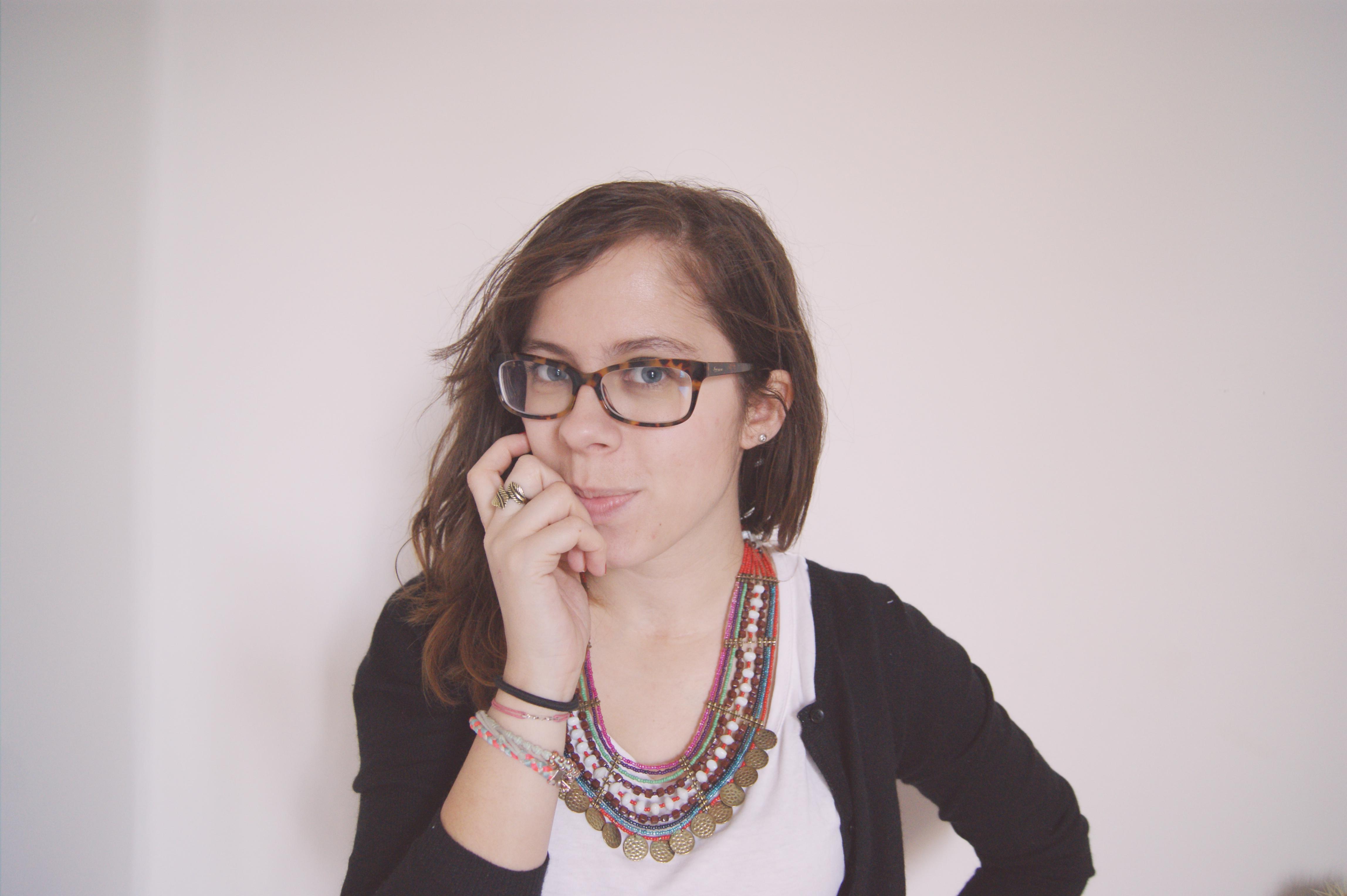 look lunettes et collier plastron