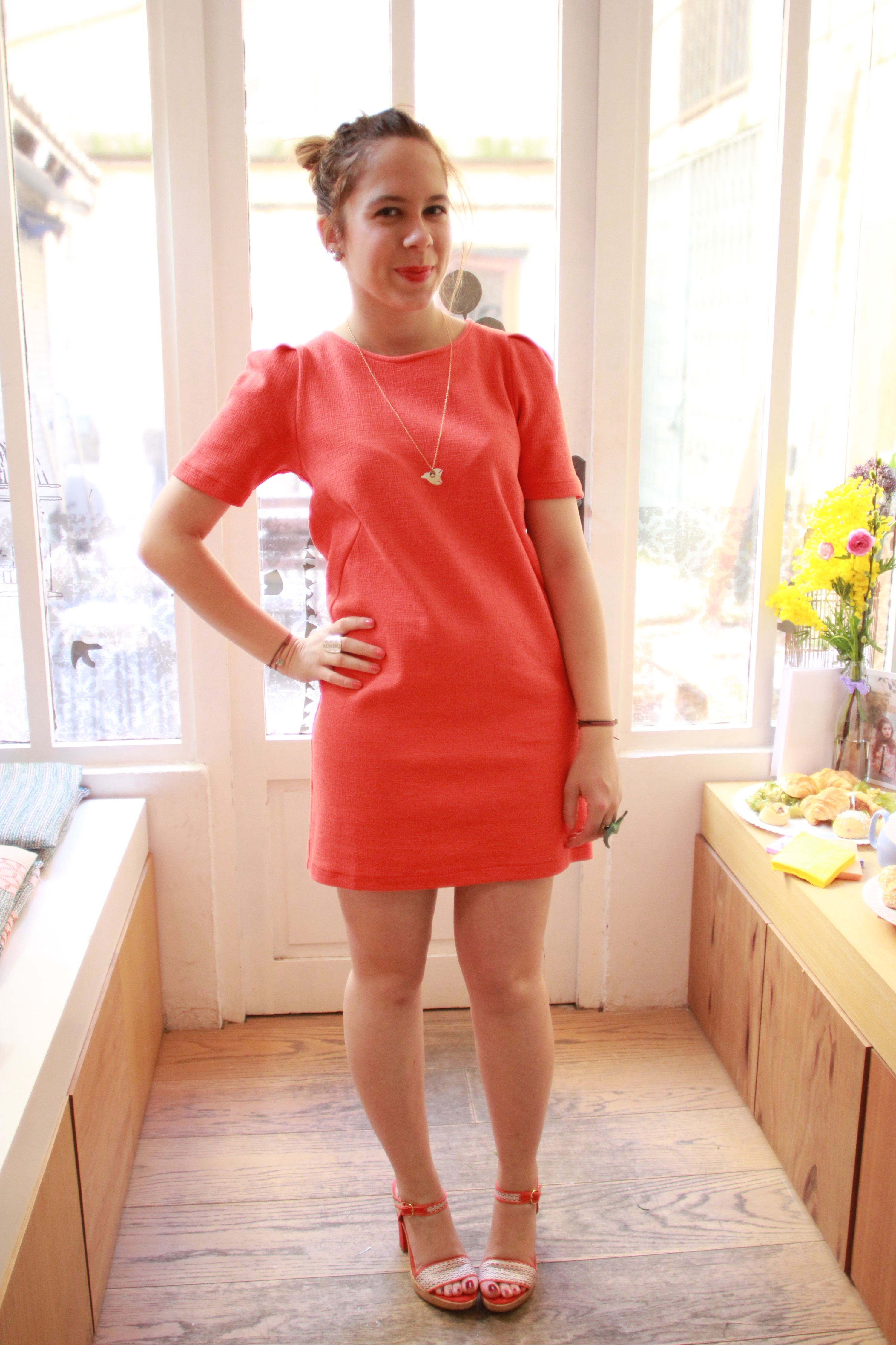 Chaussures avec robe rose corail